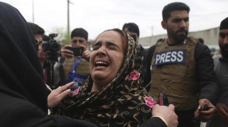 Trauer um die Opfer:Familienangehörige der Getöteten brechen in Tränen aus.
