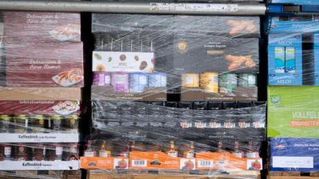 Paletten mit Lebensmitteln auf der Ladefläche eines LKW. Einzelhandel, Industrie und Politik sehen die Versorgung trotz angespannter Lage als sicher.