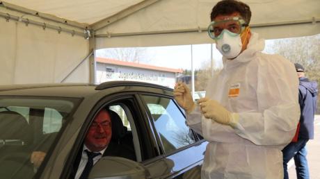 Die Corona-Teststation für den Landkreis Aichach-Friedberg ist fertig. Abteilungsleiter Rainer Hurler vom Landratsamt stellte sich als Proband zur Verfügung. Gesundheitsamtsleiter Dr. Friedrich Prüner nahm an ihm einen Abstrich vor.