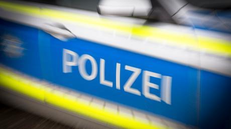 In Friedberg-Haberskirch entdeckt die Polizei einen schlafenden Mann in einem Auto. Um ihn herum liegen leere Bierflaschen.