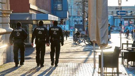 Die Polizei kontrolliert in Augsburg regelmäßig, ob die Corona-Regeln eingehalten werden. Die Beamten prüfen unter anderem, ob Lokale und Imbisse tatsächlich nur Essen zum Mitnehmen verkaufen.