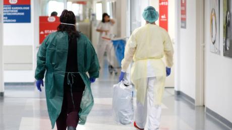 Das Foto zeigt eine Szene, in der eine mutmaßliche Corona-Patientin in einem bayerischen Krankenhaus aufgenommen wird.