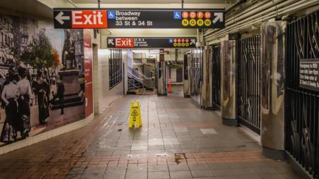 Die sonst von unzähligen Menschen bevölkerte U-Bahn in New York ist menschenleer.