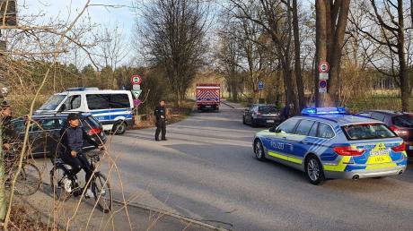 Feuerwehr und Polizei rückten am Freitagnachmittag zu mehreren kleineren Bränden im Haunstetter Wald aus.