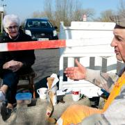 Liebe ist ... sich auch trotz Corona-Krise die Zeit zu zweit nicht vermiesen zu lassen. Karsten Tüchsen Hansen und die Dänin Inga Rasmussen treffen sich täglich am deutsch-dänischen Grenzübergang zum Kaffeetratsch.