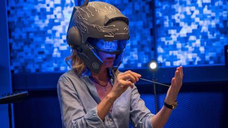 """Charlotte Lindholm (Maria Furtwängler) testet einen Helm mit beklemmenden Eigenschaften: Szene aus dem Göttingen-Tatort """"Krieg im Kopf"""", der gestern im Ersten lief."""