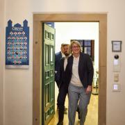 Eva Weber CSU, neue Oberbürgermeisterin der Stadt Augsburg, verläßt gut gelaunt mit Ehemann Florian das Büro der CSU-Fraktion im Rathaus.  Kommunalwahl Augsburg 2020, Stichwahl zum Oberbürgermeister