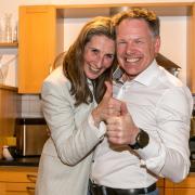Idra Baier-Müller im Moment, als die die Nachricht über den Wahlsieg im Oberallgäu erhält, gemeinsam mit ihrem Ehemann.