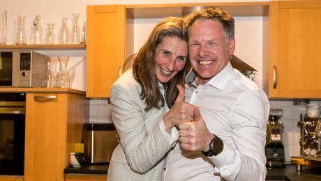 dra Baier-Müller im Moment, als die die Nachricht über den Wahlsieg im Oberallgäu erhält, gemeinsam mit ihrem Ehemann.