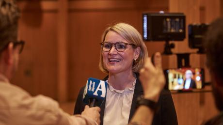 Die künftige Augsburger Oberbürgermeisterin Eva Weber (CSU) gibt Interviews. Sie wurde mit rund 62 Prozent der Stimmen gewählt.