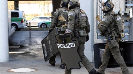 Spezialkräfte der Polizei sind am Dienstagvormittag nach der Macheten-Attacke im Univiertel in Augsburg im  Einsatz.