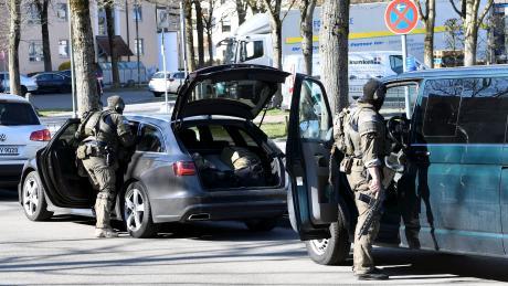 Ein 27-jähriger Mann aus Augsburg hat am Dienstag in der Früh mit einer Machete auf Passanten eingeschlagen. Ermittler untersuchten unter anderem die Wohnung des tunesischen Staatsbürgers,
