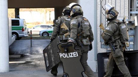 Ein 27-jähriger Mann aus Augsburg hat am Dienstag in der Früh mit einer Machete auf Passanten eingeschlagen. Ermittler untersuchten unter anderem die Wohnung des Mannes.