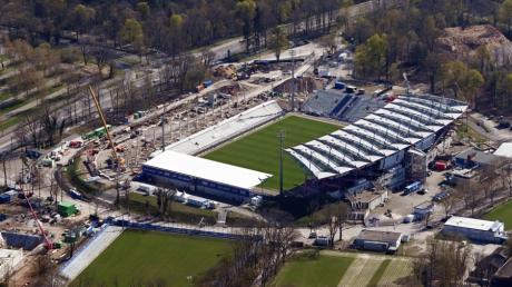 Das Wildpark-Stadion ist die Heimat des Karlsruher SC. Trotz der finanziell kritischen Situation steht der abstiegsbedrohte Zweitligist Verein nach eigenen Angaben nicht kurz vor der Insolvenz.