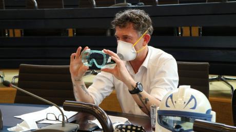 Epidemiologe Dr. Friedrich Pürner demonstriert die Profi-Ausrüstung, sogenannte FFP-Masken.