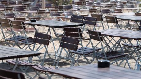 Leere Tische und Stühle stehen in einem Biergarten, hier in Sachsen. Zur Eindämmung des Coronavirus sind größere Ansammlungen von Personen in der Öffentlichkeit untersagt.