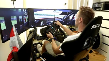 René Rast sitzt in seinem Simulator zu Hause in Bregenz. Hier kann der Audi-Pilot zumindest virtuell Rennen fahren.