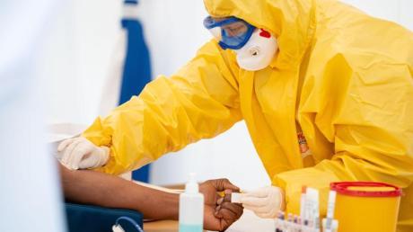 Medizinisches Personal führt einen Coronavirus-Test durch.