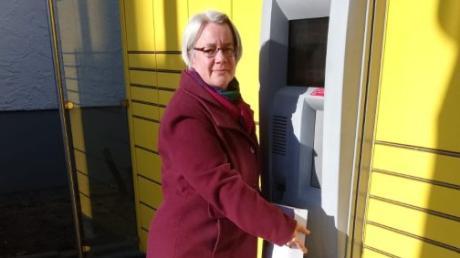 Karin Weindl von Patchwork - Haus der Handarbeit in Friedberg verschickt Pakete an ihre Kundinnen.