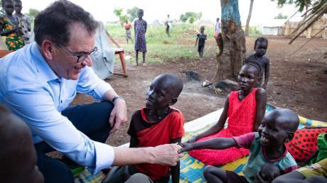 Bundesentwicklungsminister Gerd Müller (64) in einem afrikanischen Flüchtlingslager – vor dem Reisestopp zur Eindämmung der Corona-Pandemie. Derzeit bleiben dem Kemptener nur Videokonferenzen für den Kontakt in Partnerländer.