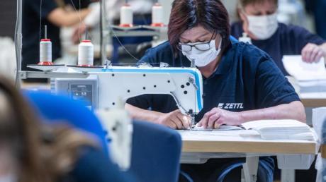 Ein Automobilzulieferer in Bayern hat auf die Produktion von Mundschutzmasken umgestellt.