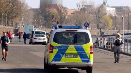 Die Polizei kontrolliert an der Rheinufer Promenade in Düsseldorf die Einhaltung der Vorsichtsmaßnahmen.