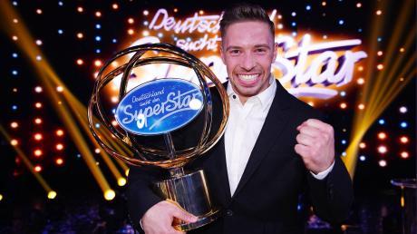 """""""DSDS"""" 2020: Gestern am 4.4.20 lief bei RTL das Finale von """"Deutschland sucht den Superstar"""". Kandidat Ramon siegte. Alle Infos zu Kandidaten und Songs hier im Nachbericht."""