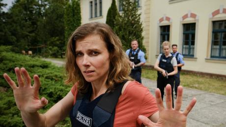 """Karin Gorniak (Karin Hanczewski) und Leonie Winkler (Cornelia Gröschel) treten den Rückzug an: Szene aus dem Dresden-Tatort """"Die Zeit ist gekommen"""" der heute im Ersten läuft."""