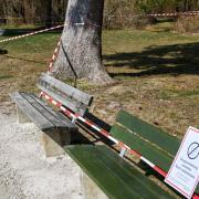 Auch am Kuhsee wurden wegen des Coronavirus alle Flächen, die gerne zum Picknick oder zum Sonnenbaden genutzt werden, gesperrt.
