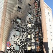 Die Fassade dieses Wohnhauses in Haunstetten fing Feuer.