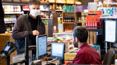 Abstand halten – das ist die wichtigste Regel, die in diesen Tagen auch für das Einkaufen gilt. Viele Supermärkte empfehlen ihren Kunden zusätzlich das bargeldlose Zahlen.