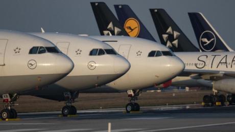 Bis auf weiteres außer Dienst gestellte Passagiermaschinen der Lufthansa auf der Landebahn Nordwest am Flughafen Frankfurt/Main.