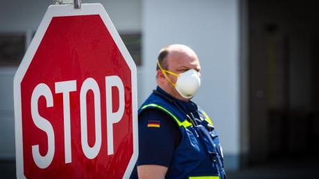 Durch die Auflagen zur Eindämmung der Corona-Pandemie hat sich für viele Menschen in Deutschland und damit natürlich auch in der Region so manches geändert. Das Bild zeigt eine Einsatzkraft des Technischen Hilfswerks Donauwörth, die eine Mundschutzmaske trägt. Die Zahl der Infizierten im Landkreis liegt derzeit bei 275.