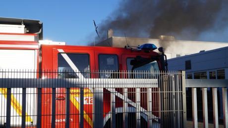 Zu einem Großeinsatz der Feuerwehren hat am Dienstagabend ein Brand auf dem Grundstück eines Unternehmens für Druckfarben in Neusäß Landkreis Augsburg geführt.
