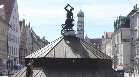 Noch sind die städtischen Brunnen in Augsburg verhüllt. Und das trotz schönsten Wetters.