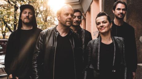 Die Happy heißt soviel wie stirb glücklich: Jürgen Stiehle, Thorsten Mewes, Robert Robse Kerner, Marta Jandova und Ralph Rieker von links.