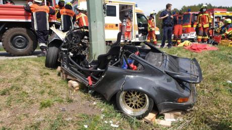 Ein 46-Jähriger ist am Samstag ums Leben gekommen. Bei Derching kam er mit seinem Porsche von der Straße ab. Der Sportwagen prallte frontal gegen einen Strommasten.