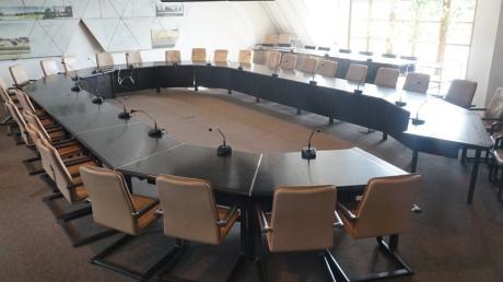Sollen in Aichach Stadträte künftig von zu Hause aus an Sitzungen teilnehmen können statt im Sitzungssaal präsent zu sein? Solche Hybridsitzungen beantragen jetzt fünf junge Stadträte.