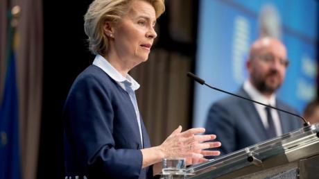 EU-Kommissionspräsidentin Ursula von der Leyen und EU-Ratschef Charles Michel geben nach der Videokonferenz eine Pressekonferenz in Brüssel.