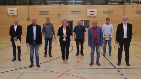 Bürgermeisterin Miriam Gruß (Mitte) hat verdiente Gundelfinger Stadträte verabschiedet: (von links) Sebastian Schaarschmidt, Viktor Merenda, Franz Kopp, Werner Böswald, Siegfried Wölz, Michael Wohlhüter und Werner Wittmann.