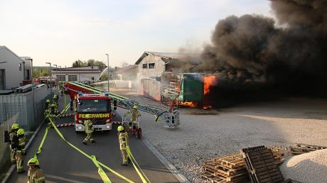 In Waldstetten bei Ichenhausen hat am Freitagabend eine Lagerhalle gebrannt. Der Schaden liegt im oberen sechsstelligen Bereich. Die Ursache ist bislang völlig unklar.