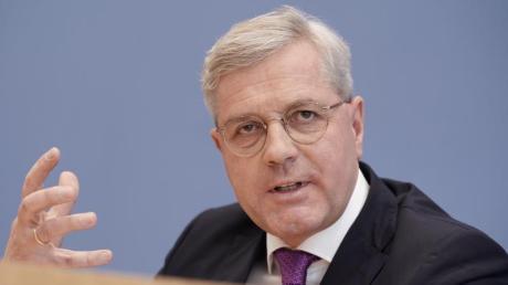 Norbert Röttgen hält die Ankündigung des US-Truppenabzugs aus Deutschland für sachlich unbegründet.