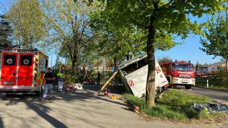 Ein Lastwagen, der mit Spargel beladen war, drohte in Inchenhofen umzukippen. Zuvor war der Fahrer gegen einen Baum gefahren und wurde lebensgefährlich verletzt.