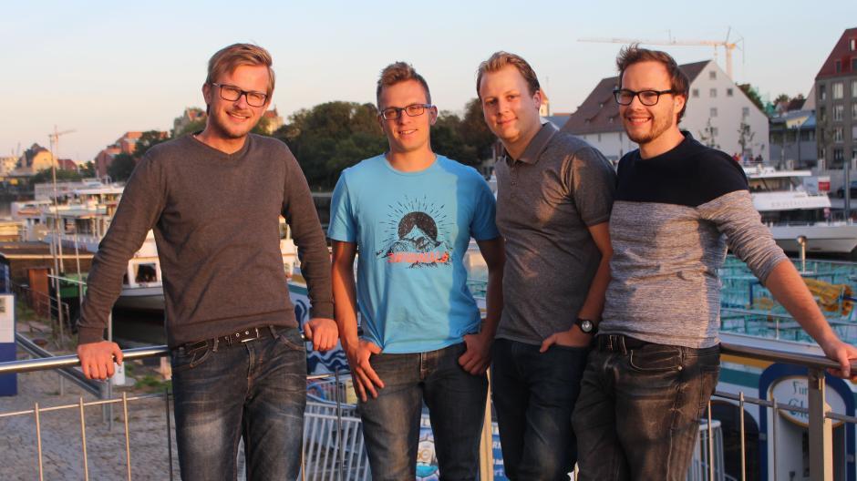 """Hier siehst du die vier von """"FlossenTV"""" vor der Corona-Krise (von links): Lucas Ostendorf, Adrian Linz, Johannes Haider und Daniel Reichenberger, der am Gymnasium Wertingen unterrichtet."""
