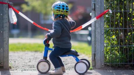 In Berlin dürfen Kinder wieder auf Spielplätzen spielen. In Bayern steht das Datum für die Lockerung noch zur Diskussion.