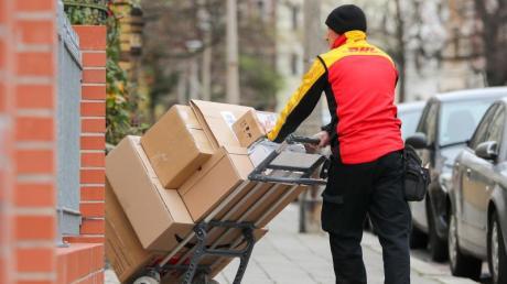 Paketzusteller sind aufgrund der Corona-Pandemie so gefragt wie sonst nur vor Weihnachten.