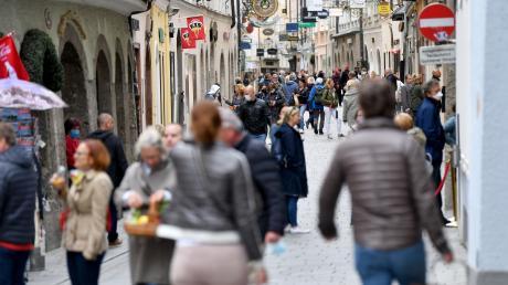 Menschen gehen durch die Getreidegasse in Wien. Seit Samstag dürfen in Österreich alle Geschäfte sowie viele Dienstleistungsbetriebe wie Friseure wieder öffnen.