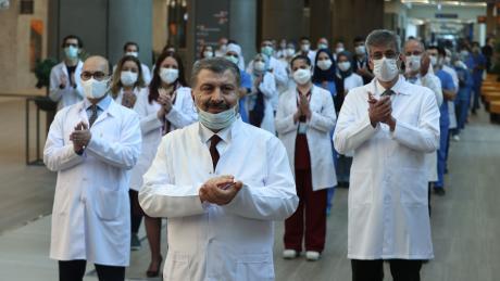 Der türkische Gesundheitsminister Fahrettin Koca (m) ist aktuell beliebter als Präsident Erdogan. Die Türkei meistert die Corona-Pandemie bislang gut.