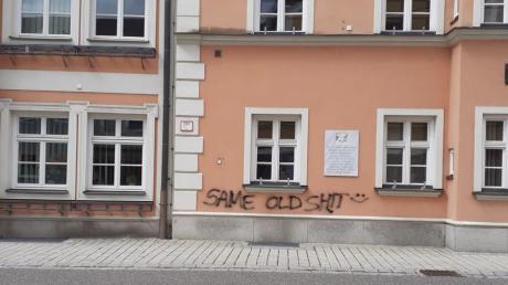 Mit hässlichen Schmierereien hat ein Unbekannter unter anderem die Fassade des Rainer Rathauses beschädigt.
