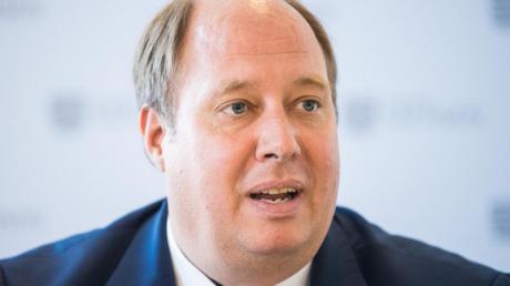 Helge Braun, Chef des Kanzleramtes, spricht während einer Pressekonferenz.